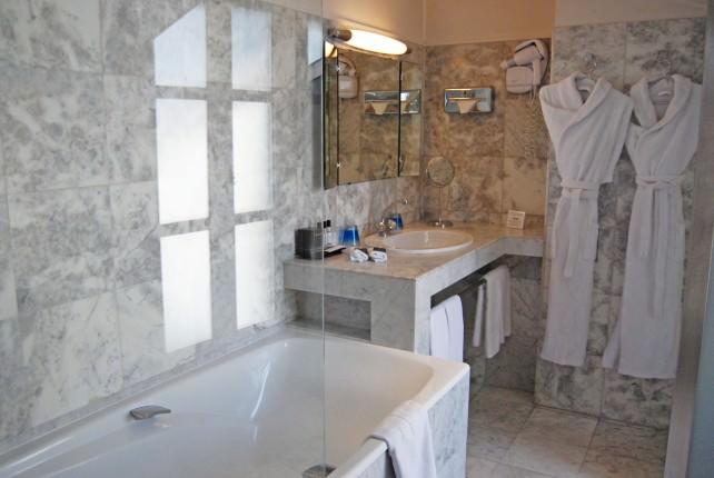Hotel Cambon - Guestroom Bathroom
