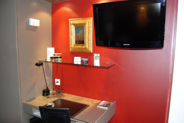 Hotel Cambon - Desk and Flat Screen TV