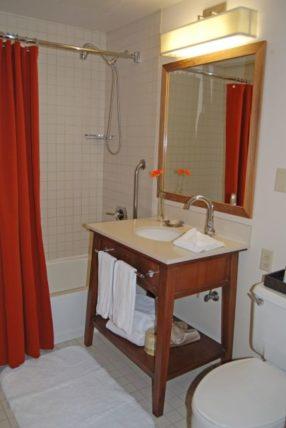 Hotel Adagio Guestroom Bathroom