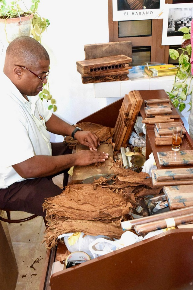 Making Cuban cigars
