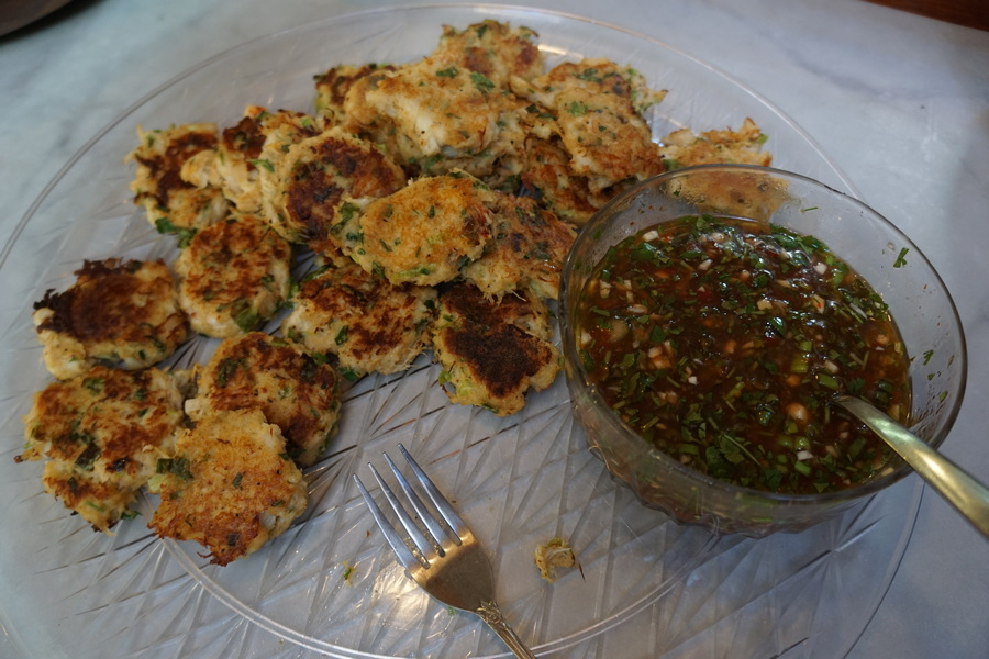 Hors d'oeuvres of mini crab cakes